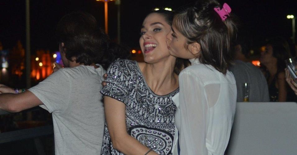 """21.set.2013 - Fernanda Machado ganha um beijo na bochecha de Maria Casadevall, sua colega de elenco em """"Amor à Vida"""""""