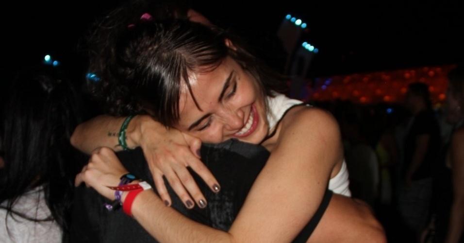 21.set.2013 - Maria Casadevall abraça forte o diretor Wolf Maia