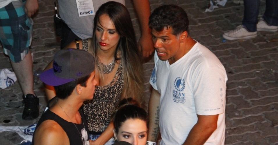 21.set.2013 - Maurício Mattar conversa com Arthur Aguiar, durante o show de Bruce Springsteen. O ator foi visto deixando o festival com a loira