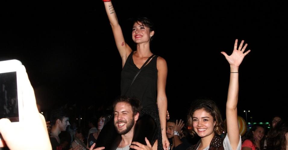 21.set.2013- Thaila Ayala e Sophie Charlotte curtem o show de John Mayer no meio do público