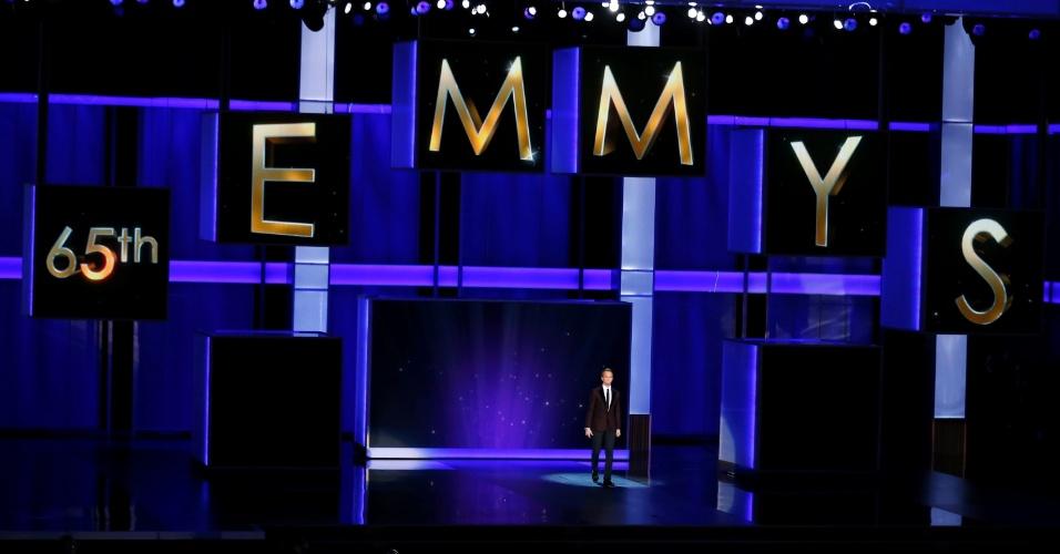 22.set.2013 - Abertura da cerimônia do Emmy 2013 com o anfitrião Neil Patrick Harris