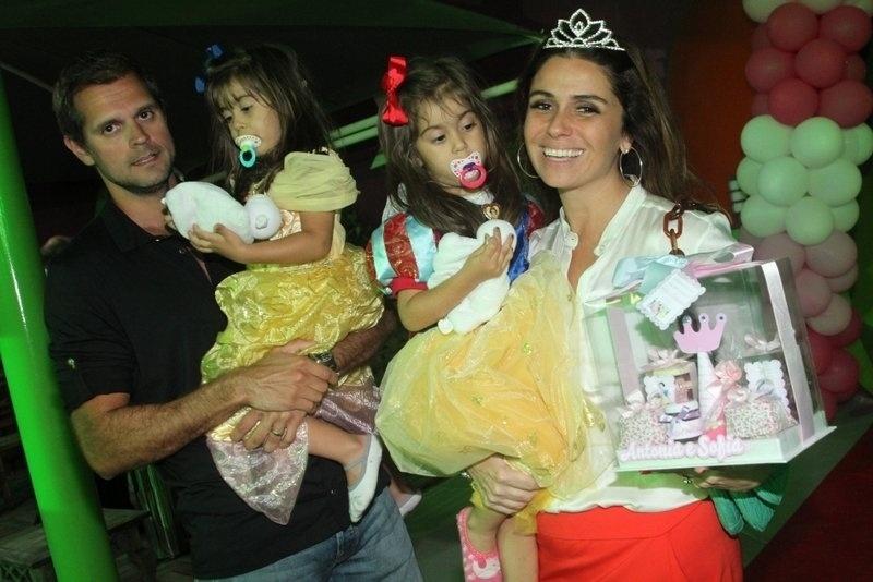 22.set.2013 - Giovanna Antonelli e o diretor da TV Globo Leonardo Nogueira comemoram o aniversário das gêmeas Antônia e Sofia. As meninas completam 3 anos no dia 8 de outubro, mas a comemoração foi antecipada por conta de compromissos da atriz