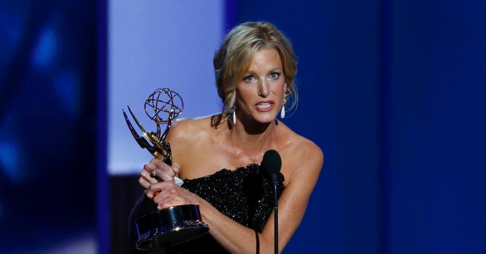 22.set.2013 - Anna Gunn (Breaking Bad) recebe o prêmio de Melhor atriz em série dramática no Emmy 2013