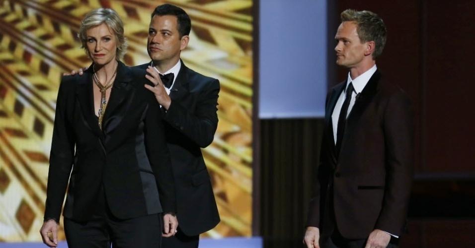 """22.set.2013 - Antigos apresentadores do Emmy, Jimmy Kimmel e Jane Lynch dão """"dicas ao apresentador deste ano, Neil Patrick Harris"""