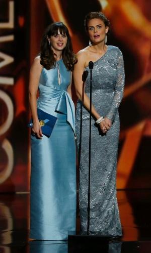 22.set.2013 - As atrizes Zooey Deschanel e Emily Deschanel anunciando vencedores do Emmy 2013