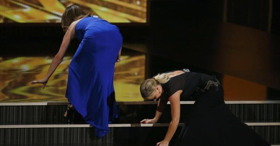 """22.set.2013 - As comediantes Tina Fey e Amy Poehler se """"arrastam"""" para o palco durante a premiação"""