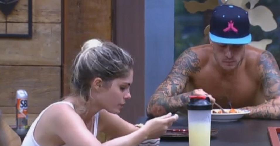 22.set.2013 - Bárbara Evans e Mateus Verdelho jantam sopa preparada por Denise e elogiam a comida