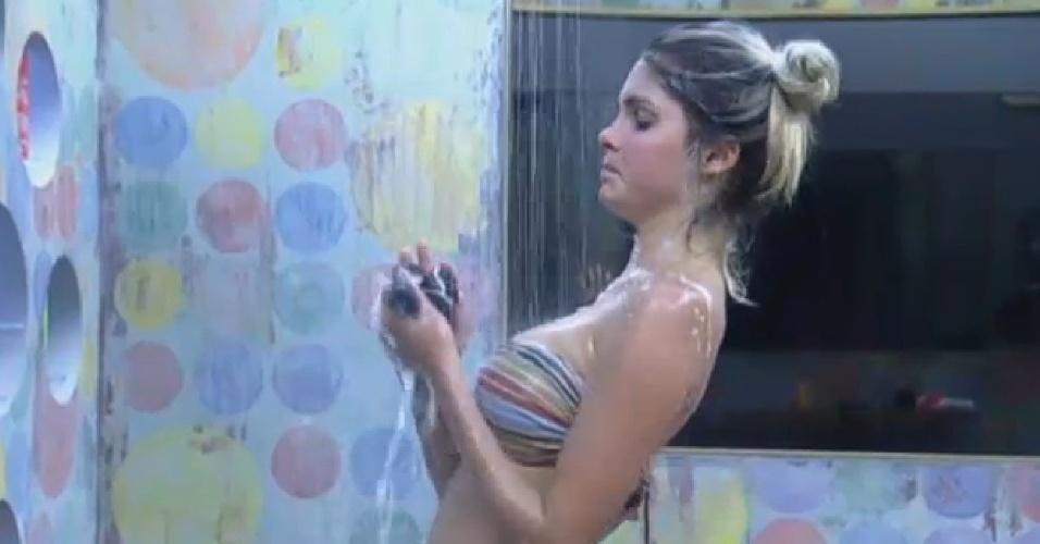 22.set.2013 - Bárbara Evans toma banho