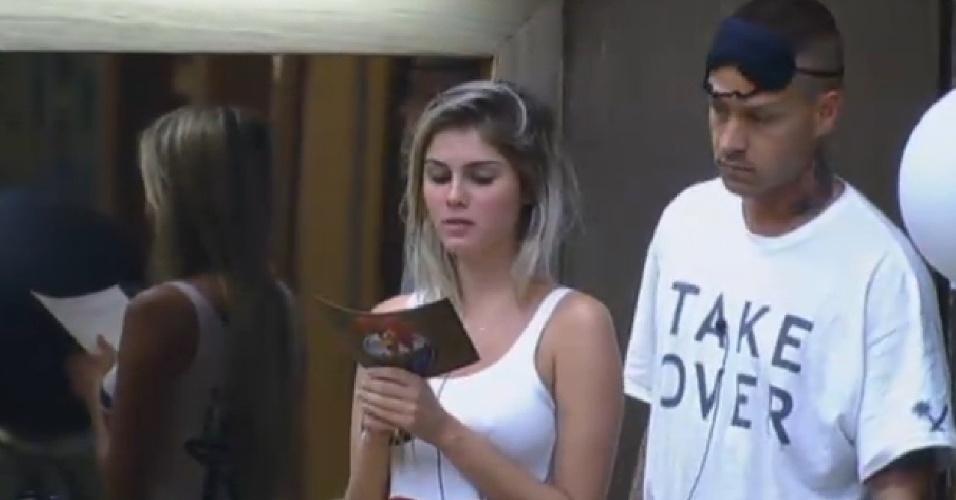 22.set.2013 - Bárbara lê comunicado que diz que peões receberão uma visita na manhã deste domingo