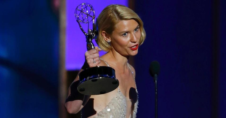 22.set.2013 - Claire Danes (Homeland) com o prêmio de Melhor atriz em série dramática durante o Emmy 2013