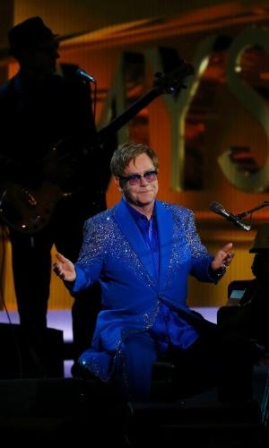 22.set.2013 - Elton John se apresenta durante o Emmy 2013