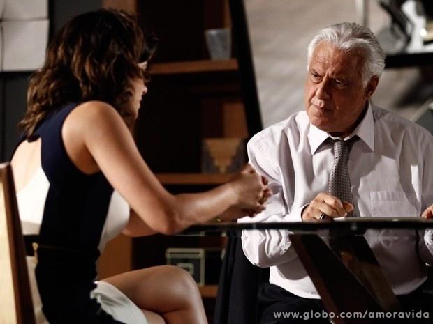 """22.set.2013 - Em """"Amor à Vida"""", Aline assusta César ao pedir uma procuração ao médico"""
