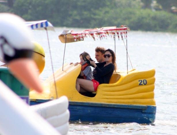 22.set.2013 - ernanda de Vasconcellos e Cássio Reis passeiam de pedalinho na Lagoa Rodrigo de Freitas