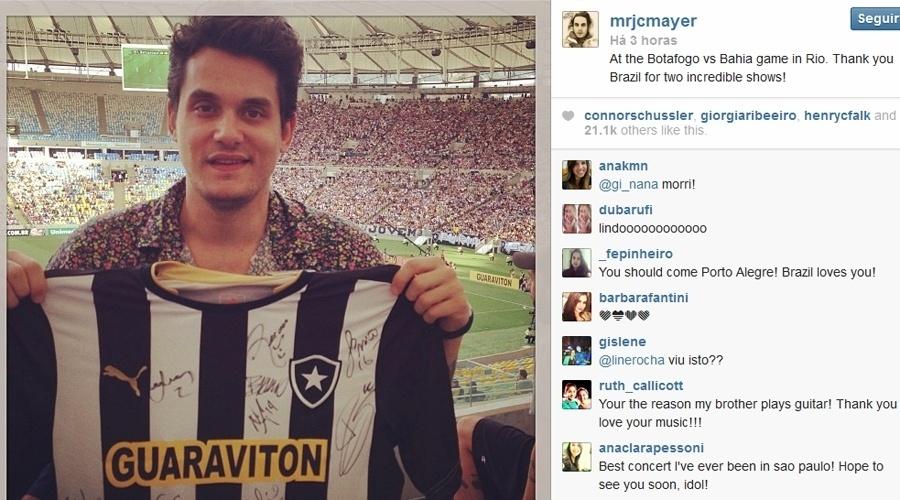 22.set.2013 - Fã de futebol, John Mayer vai ao Maracanã e posa com camisa autografada pelos jogadores do Botafogo