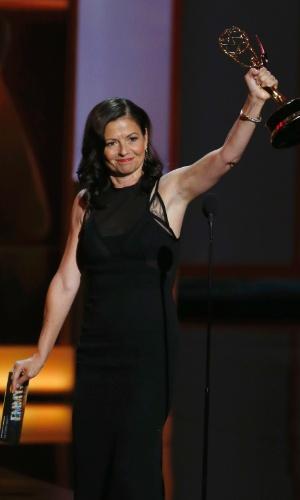 22.set.2013 - Gail Mancuso recebe o prêmio de Melhor direção de comédia na edição de 2013 do Emmy Awards
