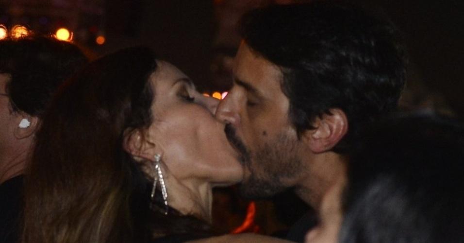 22.set.2013 - Ingra Liberato beija muito na noite de encerramento do festival