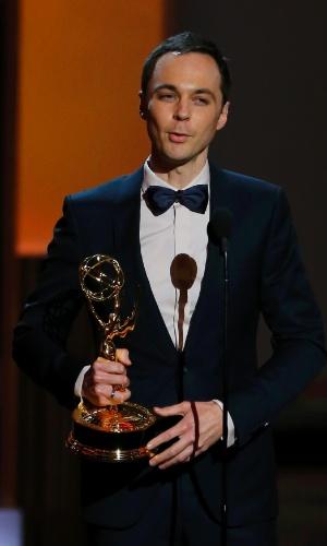 22.set.2013 - Jim Parsons (The Big Bang Theory) recebe o prêmio de Melhor ator em série de comédia na edição de 2013 do Emmy Awards