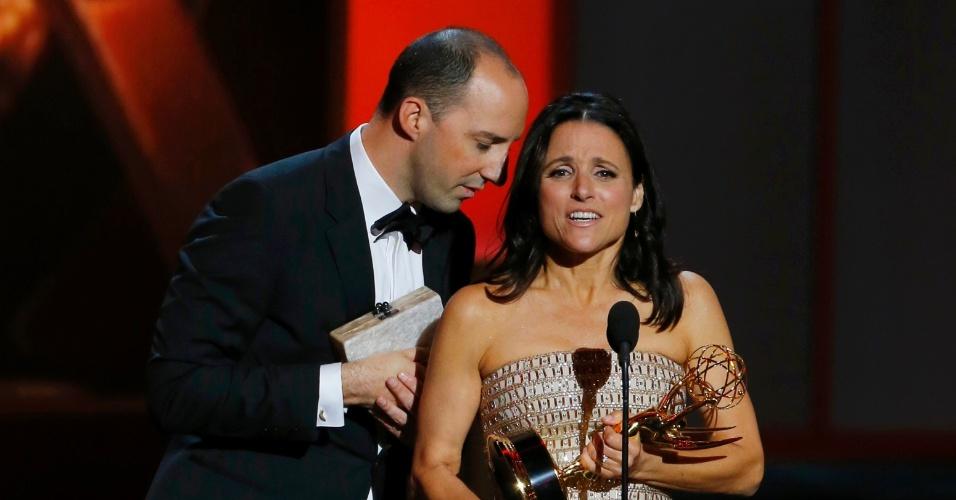22.set.2013 - Julia Louis-Dreyfus (Veep) recebe o prêmio de Melhor atriz em série de comédia na edição de 2013 do Emmy Awards ao lado de Tony Hale (Vep), vencedor na categoria Melhor ator coadjuvante em série de comédia