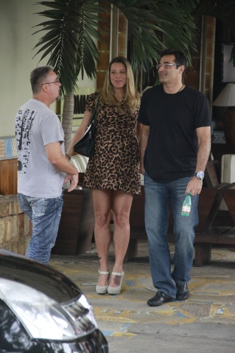 22.set.2013 - Luciano Szafir é clicado ao deixar restaurante com a namorada, Luhanna Melonn, grávida de um menino. O casal assumiu a relação em junho deste ano