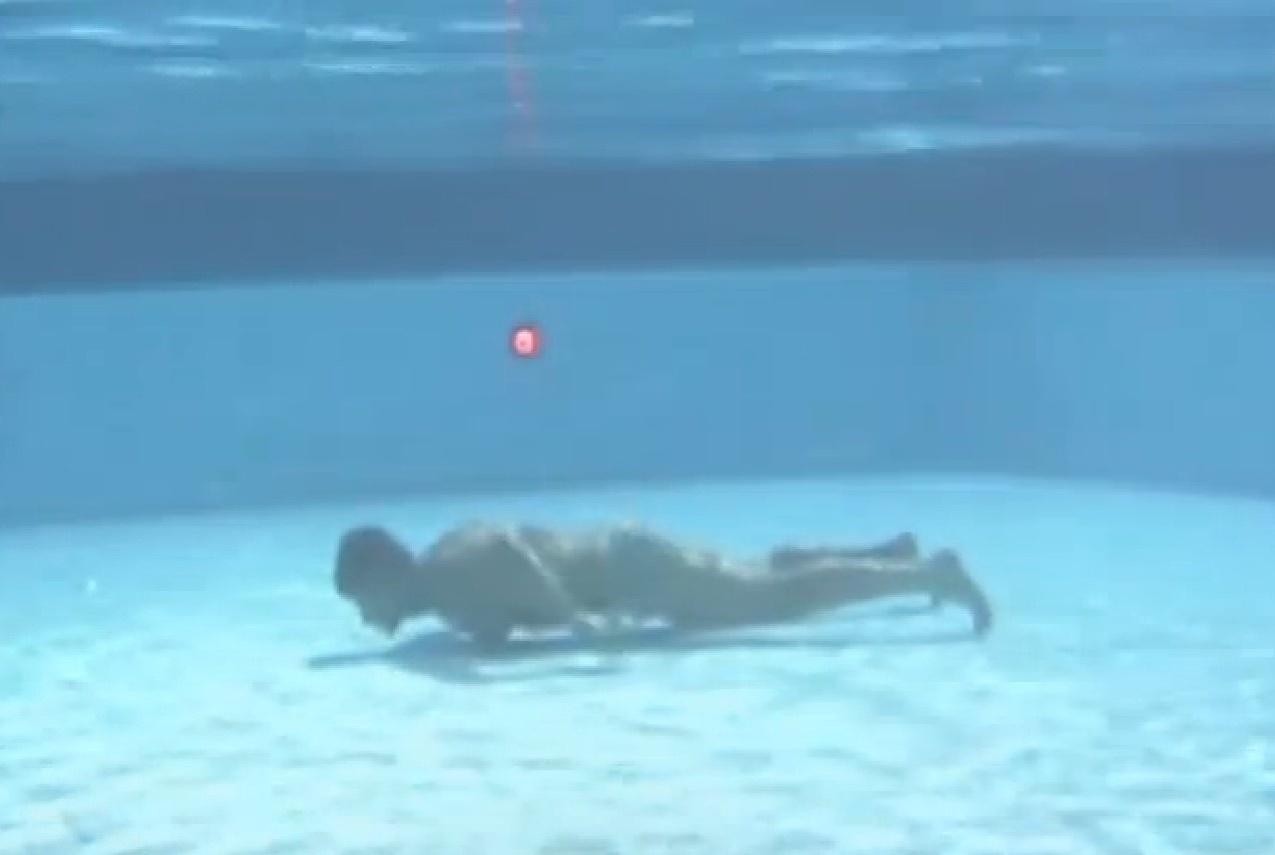 22.set.2013 - Marcos Oliver pratica apneia na piscina