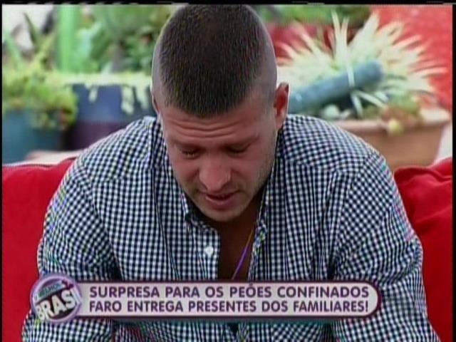 22.set.2013 - Mateus chora ao receber carta da família