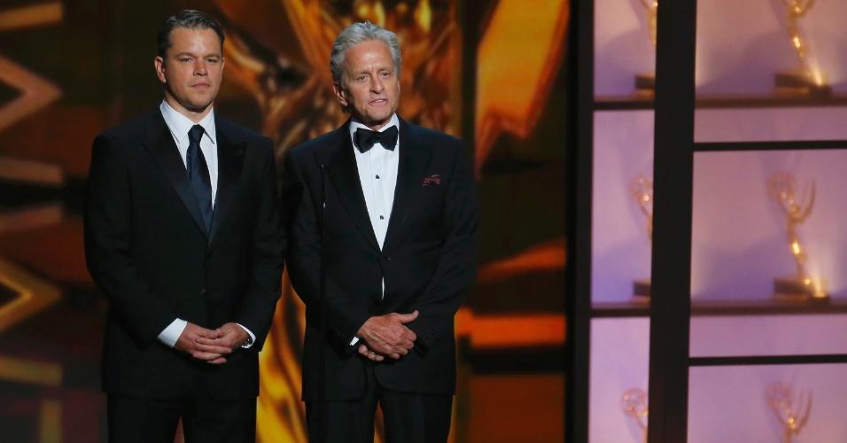 22.set.2013 - Matt Damon e Michael Douglas apresentam Elton John
