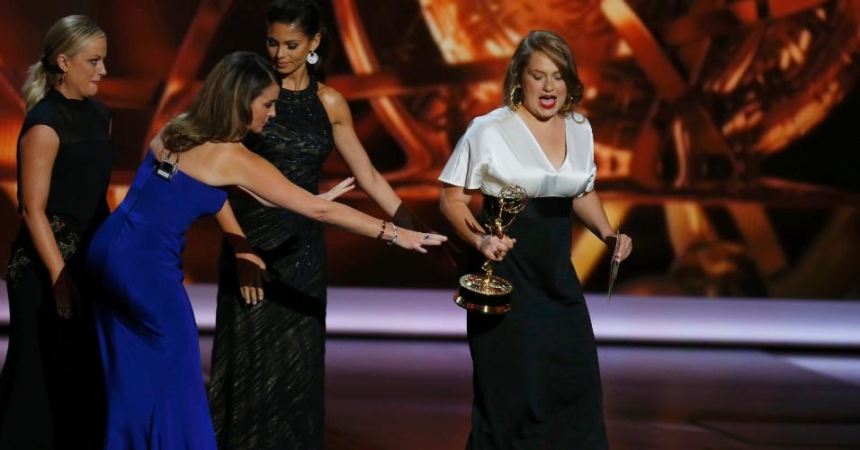 22.set.2013 - Merritt Wever (Nurse Jackie) recebe o prêmio de Melhor atriz coadjuvante em série de comédia na edição de 2013 do Emmy Awards em evento Teatro Nokia, em Los Angeles