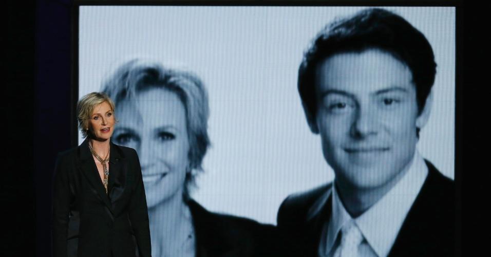 """22.set.2013 - O ator de """"Glee"""" Cory Monteith, que morreu neste ano, é homenageado pela atriz e colega de elenco Jane Lynch"""