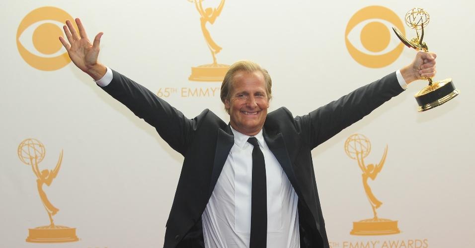 22.set.2013 - O ator Jeff Daniels (The Newsroom) posa com o prêmio de Melhor ator de série dramática no Emmy 2013