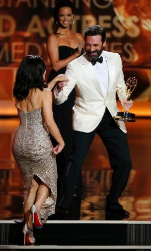 22.set.2013 - O ator Jon Hamm ajuda Julia Louis-Dreyfus subir no palco no Emmy 2013