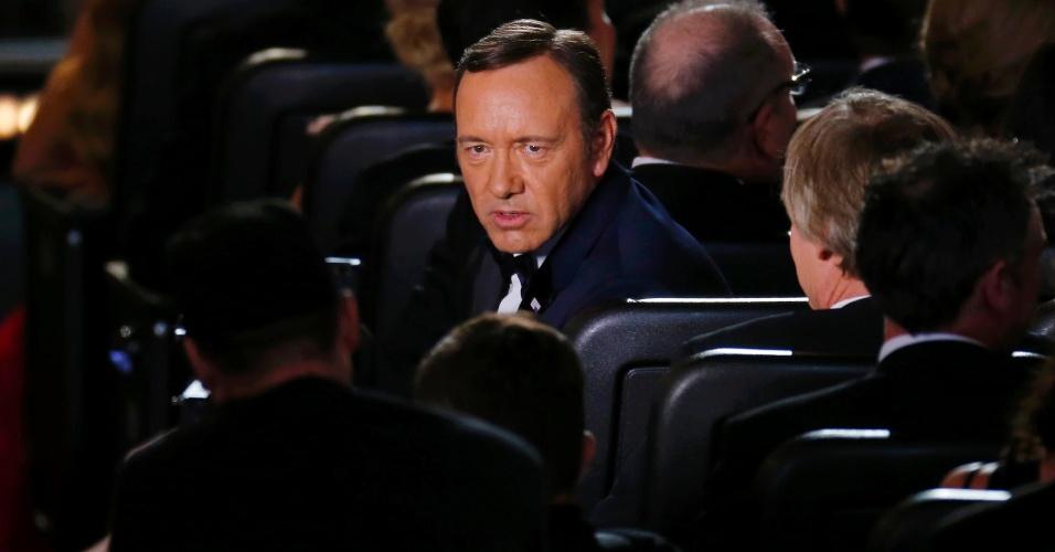 """22.set.2013 - O ator Kevin Spacey brinca imitando seu personagem de """"House of Cards"""", durante a cerimônia"""