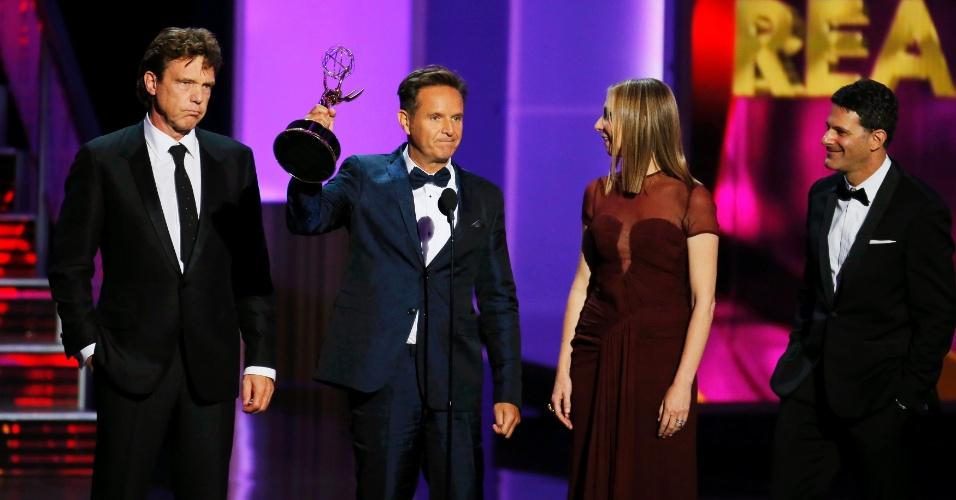 """22.set.2013 - O produtor de """"The Voice"""" Mark Burnett recebe o prêmio de Melhor reality show no Emmy 2013"""