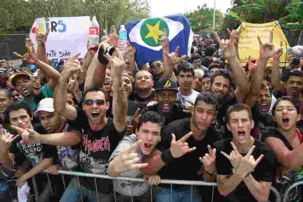 22.set.2013 - Público do último dia do Rock in Rio demonstra animação na espera da abertura dos portões para a maratona de metal que terá Iron Maiden e Slayer - Zulmair Rocha/UOL