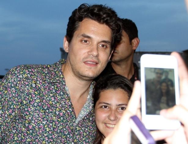 22.set.2013 - Solícito, John Mayer atende fãs em aeroporto do Rio antes de deixar o Brasil