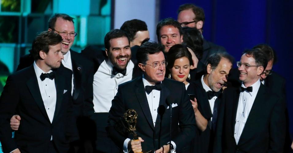 """22.set.2013 - Stephen Colbert com a equipe de """"The Colbert Report"""", vencedora de Melhor roteiro para programa de variedades e Melhor programa de variedadesS"""