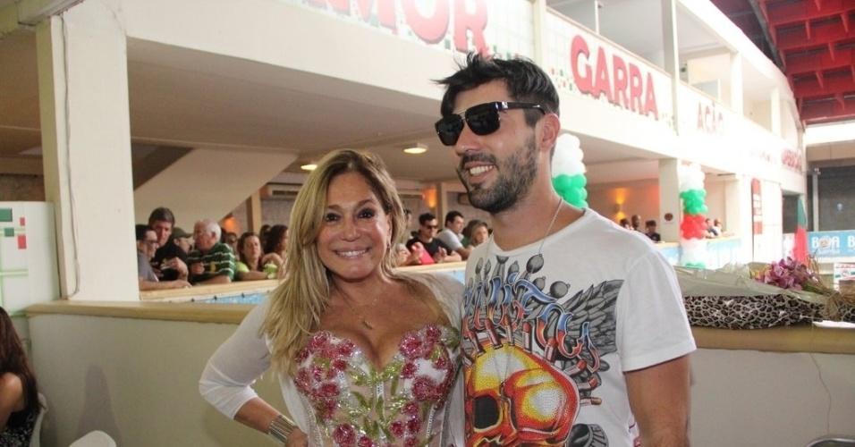 22.set.2013 - Susana Vieira e o namorado, Sandro Pedrozo, prestigiam o aniversário de 25 anos da escola de samba Grande Rio. A atriz foi uma das homenageadas