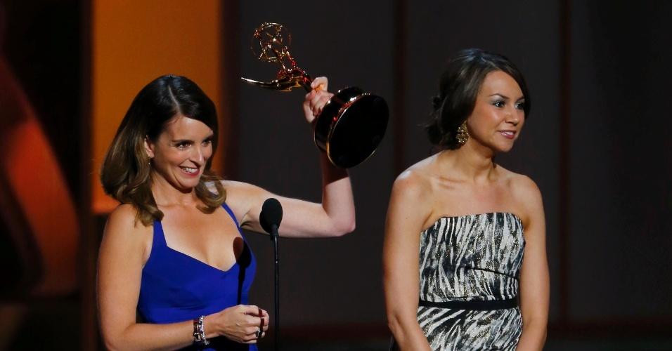 22.set.2013 - Tina Fey e Tracey Wigfield vencem o prêmio de Melhor roteiro de comédia no Emmy 2013