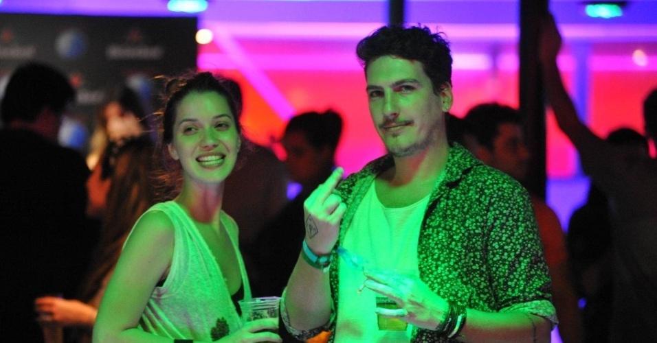 Parece que Caio Soh, namorado de Nathalia Dill, não curtiu a lente indiscreta dos fotógrafos em um camarote do Rock in Rio