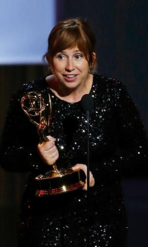 """22.set.2013 - A roteirista de """"The Hour"""" Abi Morgan com o Emmy de Melhor Roteiro de Minissérie"""