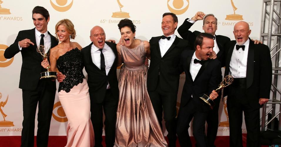 """22.set.2013 - Elenco de """"Breaking Bad"""" comemora o Emmy de Melhor série dramática"""