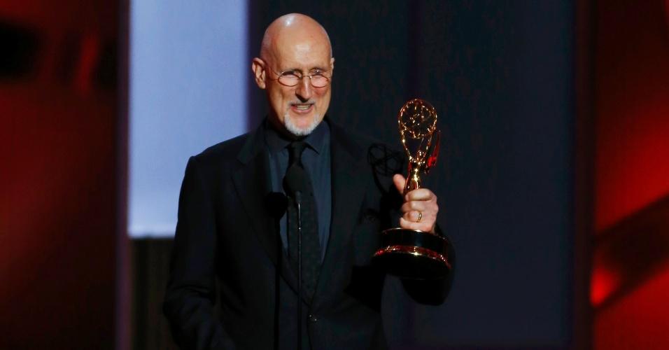 22.set.2013 - James Cromwell (American Horror Story: Asylum) recebe o prêmio de Melhor ator coadjuvante de minissérie ou filme para TV no Emmy 2013