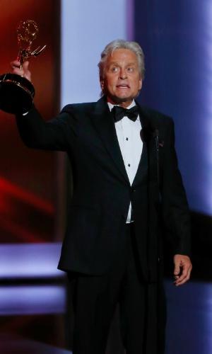 22.set.2013 - Michael Douglas (Behind the Candelabra) com o Emmy de Melhor ator de minissérie ou filme para a TV