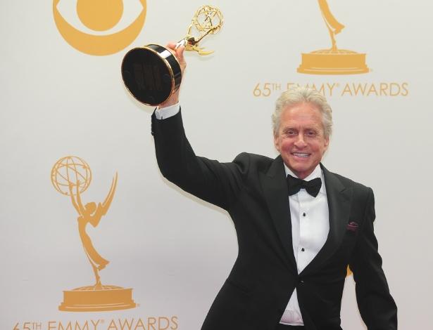 22.set.2013 - Michael Douglas (Behind the Candelabra) posa com o Emmy de Melhor ator de minissérie ou filme para a TV
