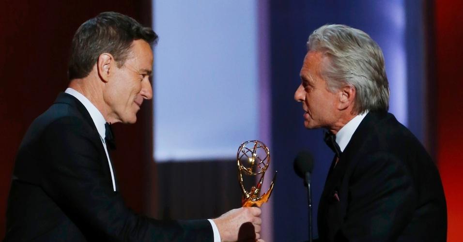 22.set.2013 - Michael Douglas (Behind the Candelabra) recebe de Bryan Cranston o Emmy de Melhor ator de minissérie ou filme para a TV