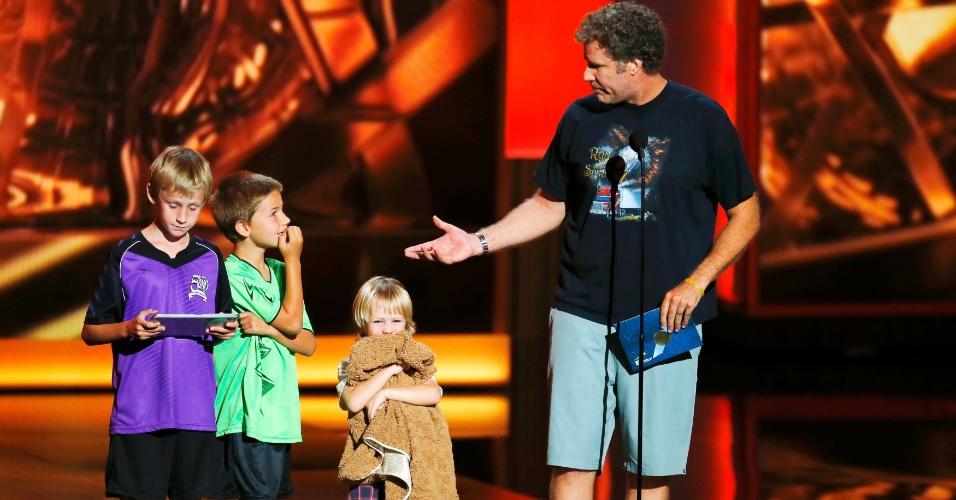22.set.2013 - O comediante Will Farrell com os filhos no palco, brincando que não teve tempo de se preparar para a apresentação por ser chamado de última hora