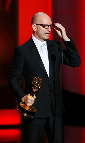 22.set.2013 - O diretor Steven Soderbergh (Behind the Candelabra) com o prêmio de Melhor direção de minissérie ou filme para TV
