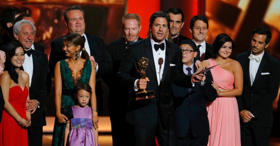 """22.set.2013 - O produtor executivo de """"Modern Family"""" Steven Levitan recebe junto do elenco o Emmy de Melhor série de comédia"""