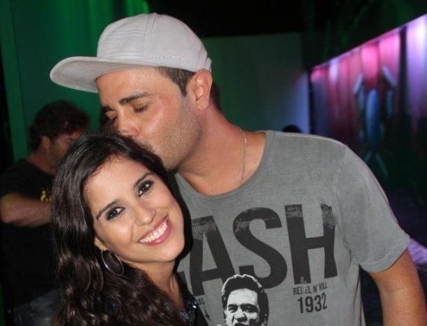 22.set.2013 - Rodrigo Phavanello dá um beijo carinho em Camila, filha de Zezé di Camargo