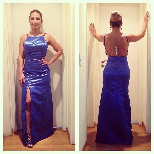 23.set.2013 - A funkeira Valesca Popozuda usou um vestido azul turquesa com decote nas costas e fenda lateral para ir ao casamento de Naldo e Mulher Moranguinho