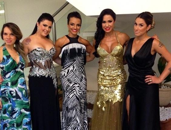 23.set.2013 - A madrinha de bateria Gracyanne Barbosa publicou foto junto com Dani Bolina e amigas prontas para o casamento de Naldo e Mulher Moranguinho